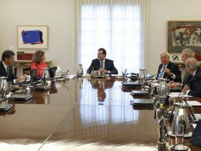 Rajoy (c) presides over Monday's extraordinary Cabinet meeting.