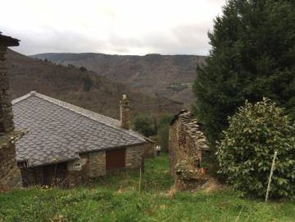 This six-home hamlet in Lugo can be bought for €84,775.