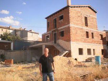 The mayor of Olmeda de la Cuesta (Cuenca), José Luis Regacho, in front of one of the plots that was recently auctioned off.