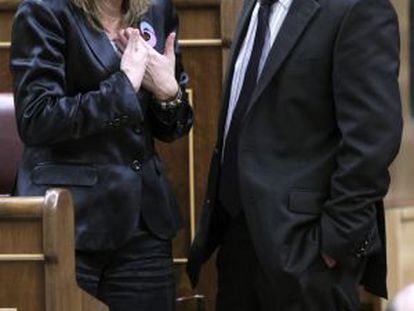 Carme Chacón talks with the Catalan Republican Left´s congressional spokesman, Alfred Bosch.