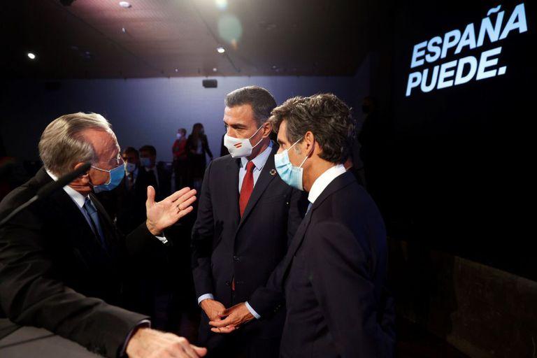 Spanish PM Pedro Sánchez (c) talks to La Caixa Foundation president Isidre Fainé (l) and Telefónica president José María Pallete on Monday.