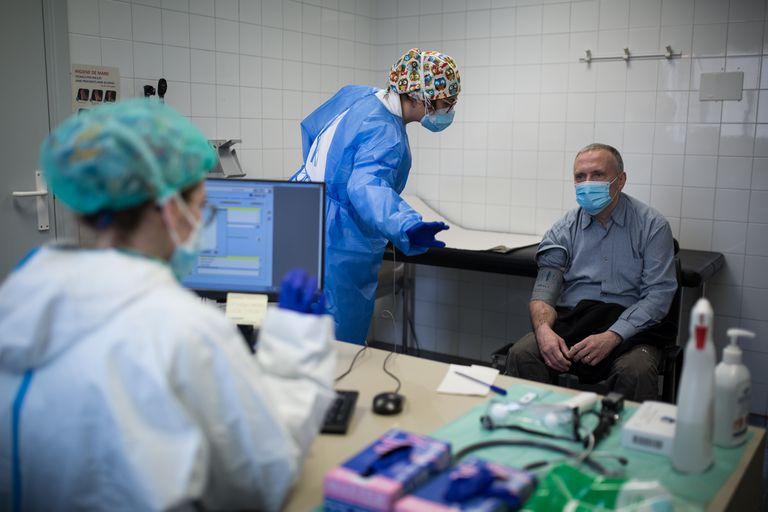Nurse Laura Estirado (l) with a patient in the Covid-19 area of a medical center in Barcelona.