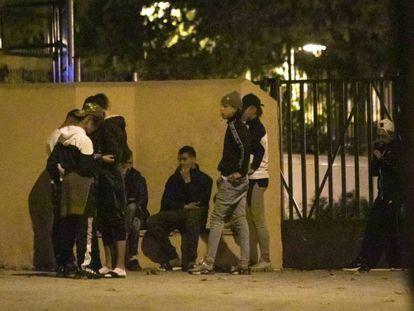 Unaccompanied migrant minors outside the center in Hortaleza.