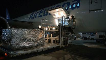 A shipment of 1.2 million face masks arrived at Madrid's Adolfo Suárez-Barajas airport last night.