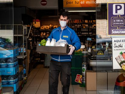 A supermarket employee prepares a home delivery.