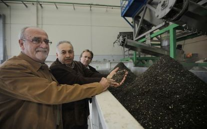 From left to right: Rivas Mayor José Masa, RivaMadrid manager José Gómez and Ecohispánica boss Jesús Marco, pictured at the pilot plant.
