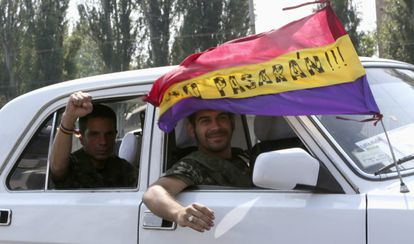 Ángel (l) and Rafa pictured in Donetsk flying a Republican flag.