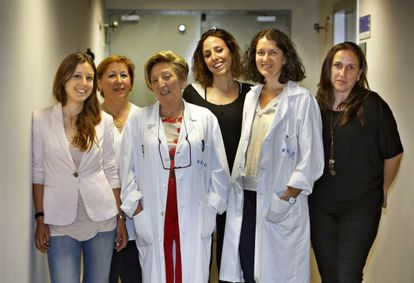 From left to right: Patients Julia, Paqui, Amparo and Laura with the doctors Anna Lluch and Isabel Chirivella.