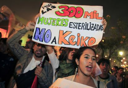 """People hold a sign reading: """"For the 300,000 sterilized women, no to Keiko"""" before the 2011 elections."""