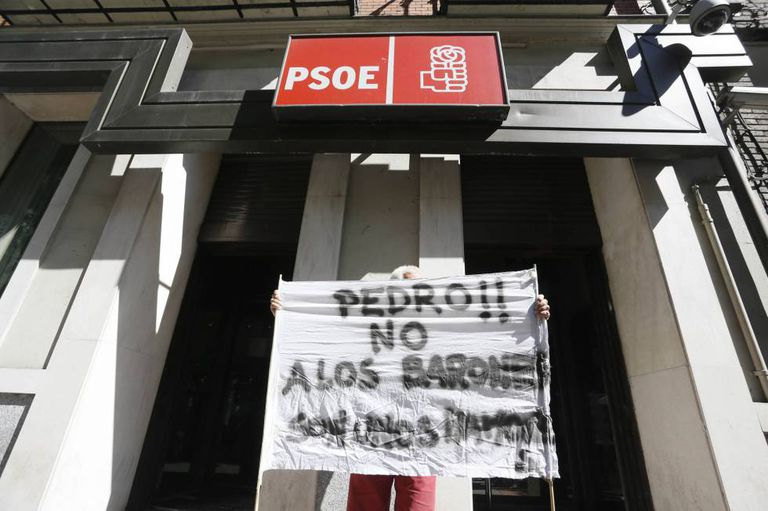 A Pedro Sánchez sympathizer unfurled a banner outside PSOE headquarters on Friday.