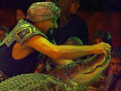 Circus performer Prince Kharak-Khawak handles a crocodile at Circo Mundial.