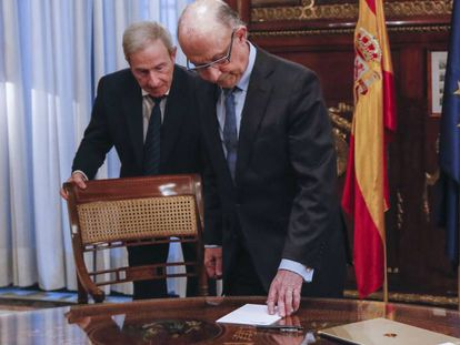 Finance Minister Cristóbal Montoro faces an uphill battle getting the 2017 budget passed.