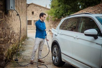 El teniente de alcalde Thomas Capeson está cargando un coche eléctrico en la estación de Castilfroyo.