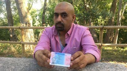 Former Jihadi militiaman Mohammed Basardah shows his residence card in Logroño.