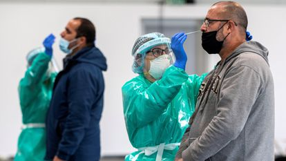 Health workers carry out antigen tests in Mallorca.