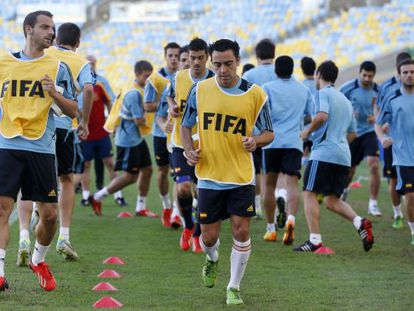 Roberto Soldado (l) and Xavi Hernández (c) training with the Spain team in the Maracaná on Wednesday.