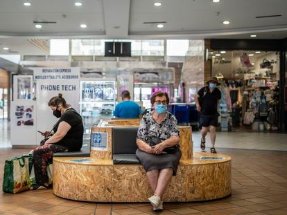 Three people take refuge in a mall in the San Blas neighborhood in the east of Madrid.