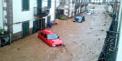 The water washes away cars in Elizondo.
