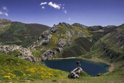 In 2015, Skyscanner users included the Saliencia Lake trail in the Somiedo Biosphere Reserve in Asturias among the 27 best walking routes in Spain. The trail links four glacier lakes – Calabazosa or Lago Negro, Cerveriz, Laguna de Almagrera or La Mina, and La Cueva – that lie between the Alto de La Farrapona and the Valle del Lago. There are two alternatives: a short hike of around 7 kilometers that takes you as far as the lakes and then back to Farrapona which is easy enough for kids; and the longer option which covers 14 kilometers and goes to the Valle del Lago – this, for intermediate level hikers. More information: turismoasturias.es