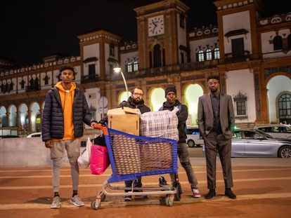 (l-r) Abdullah Abass, Iván Caro, Mohamed Sawba and Bubaca Biaro give out clothes and blankets to homeless people.