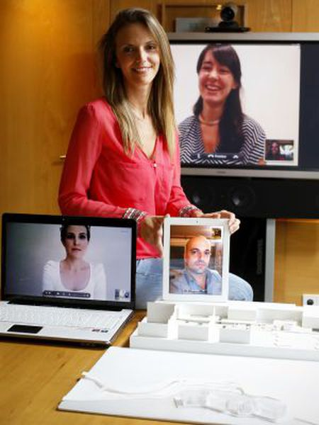 Pilar Moreno holds a video chat with her fellow architects Beatriz Asensio (l) in Luxembourg, Mario Fernández (r) in Shanghai, and Bárbara García (c) in Hong Kong.