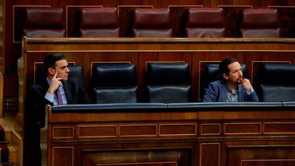Spanish Prime Minister Pedro Sanchez (l) and Deputy Prime Minister Pablo Iglesias in Congress today.