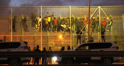 African immigrants clinging to the Melilla fence on Friday morning.