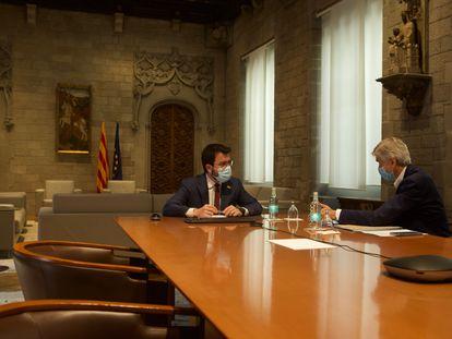Catalan premier Pere Aragonès (l) with the regional health chief Josep Maria Argimon.