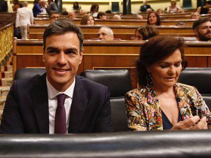 Pedro Sánchez and Deputy PM Carmen Calvo in Congress this morning.