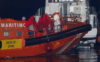 Spanish rescue workers bring 34 migrants found at sea back to Almería, on January 16.