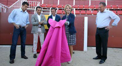 Visita de Esperanza Aguirre a la Escuela de Tauromaquia Marcial Lalanda.