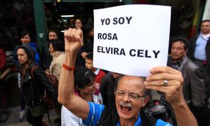 A man shows his support for Rosa Elvira Cely.