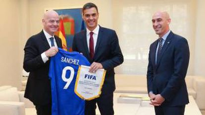 PM Sánchez with Gianni Infantino and Luis Rubiales in September.