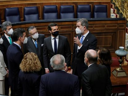 Spain's King Felipe VI (r) speaks to guests in Congress at today's ceremony to commemorate the 40th anniversary of the attempted coup, including opposition leader Pablo Casado (second from r) and Prime Minister Pedro Sánchez (third from left).