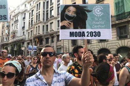"""A protester holds a sign with the message: """"Fashion 2030. Yes to Madrid Central."""""""