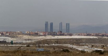 A cloud of polluted air hangs over the city of Madrid.
