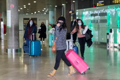 Passengers arriving at Valencia's Manises airport on a flight from London on Monday morning.