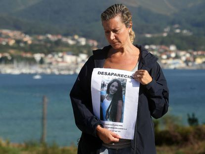 Diana Quer's mother with a 'missing' poster.