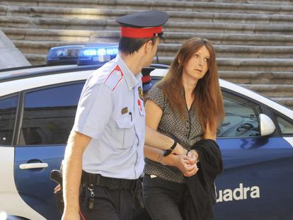 Lianne Smith is escorted to judicial offices by Catalan police.