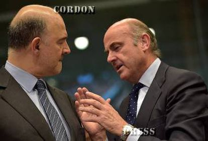 EU Economic and Financial Affairs Commissioner Pierre Moscovici (l) chats with Spanish Economy Minister Luis de Guindos.