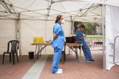 Nurses waiting for people to show up for vaccination at Plaza Roja in the Barcelona neighborhood of Ciutat Meridiana.