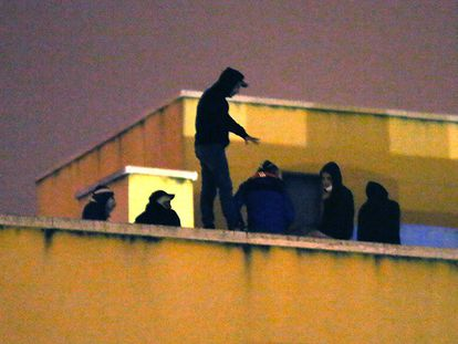 Migrants on the rooftop of the Aluche detention center.