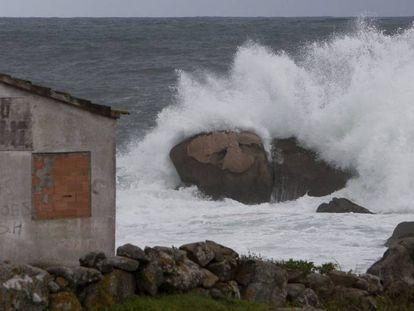 Waves on the coast of Baredo, in northwestern Spain.