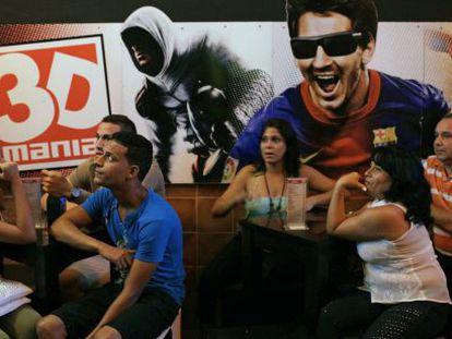 Audience at the 3D theater Mania de la Habana.