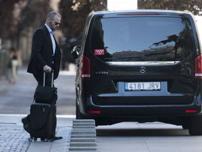 A VTC driver collects a passenger in Madrid.