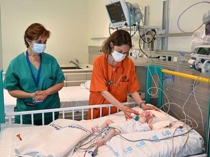 Naiara, the recipient of the heart, in the Gregorio Marañón Hospital in May 2021.