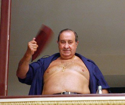 Former Marbella mayor Jesus Gil fans himself in a window of Málaga's court on August 8, 2003.