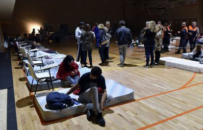 The Miguel Ángel Nadal sports hall, in Manacor, takes in people who had to be evacuated from their homes after the rainfall and flooding last night in Sant Llorenç des Cardassar.