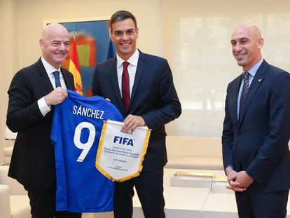 Gianni Infantino, Pedro Sánchez and Luis Rubiales in La Moncloa today.
