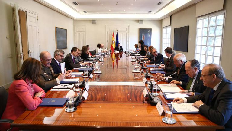 Prime Minister Pedro Sánchez presiding over a meeting with the National Security Council.